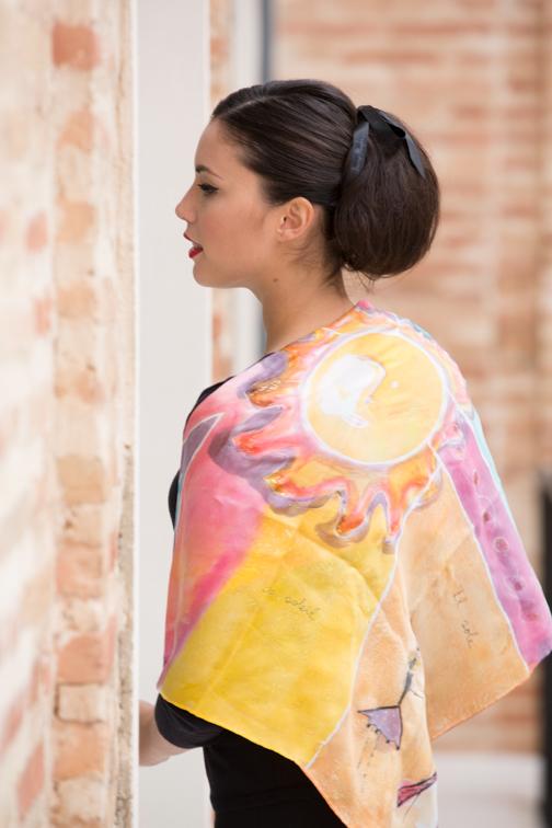 """Alexia con el pañuelo """"El Sol"""" vista espalda"""
