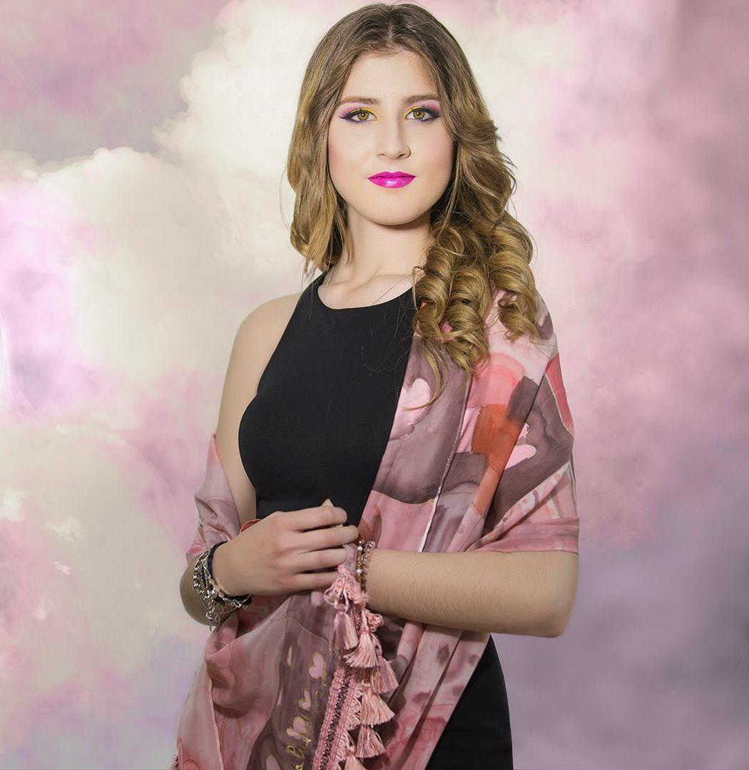 """Fular """"Cuadros rosas y marrones"""" lucido por Sara en  crepe satén, 180 x 45 cm, rematado en cenefa de pasamanería"""
