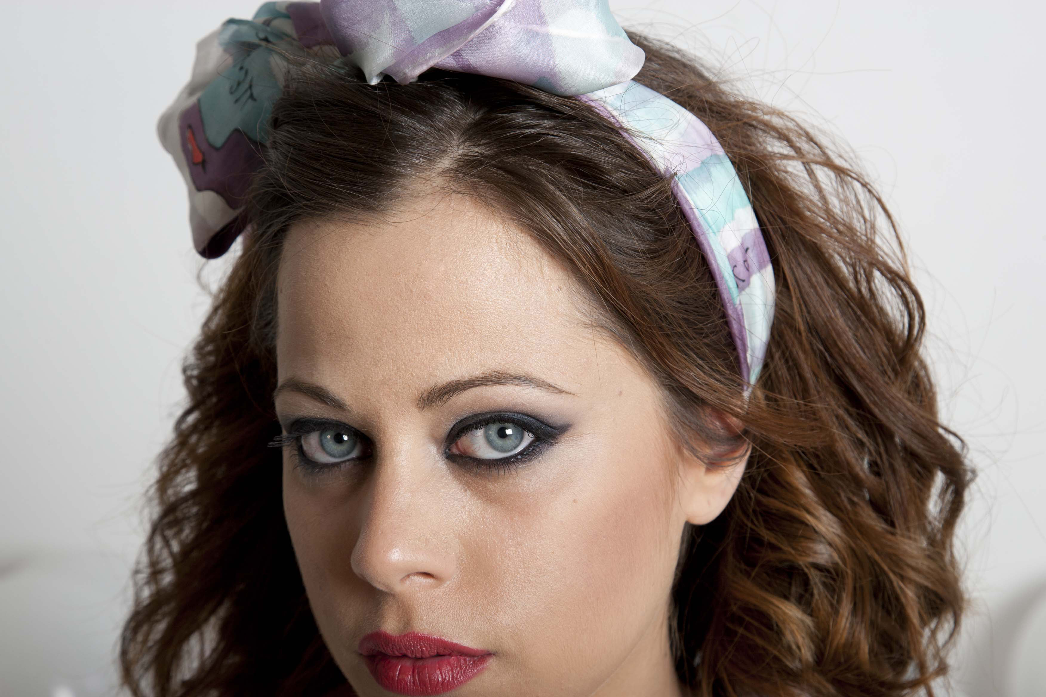"Fular Fular ""Mariposas moradas y rosas"" como lazo en la cabeza de Tamara, pongé 180 x 45 cm"