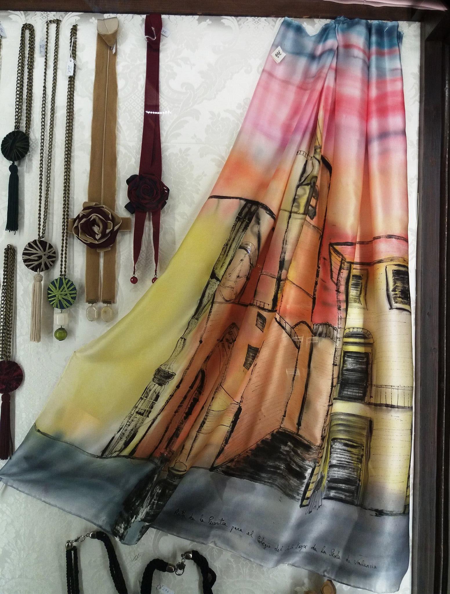 """Pañuelo """"El Miguelete"""" crepe satén 90 x 90 cm en la vitrina de la tienda """"ESpai seda"""" del museo de la seda de Valencia"""