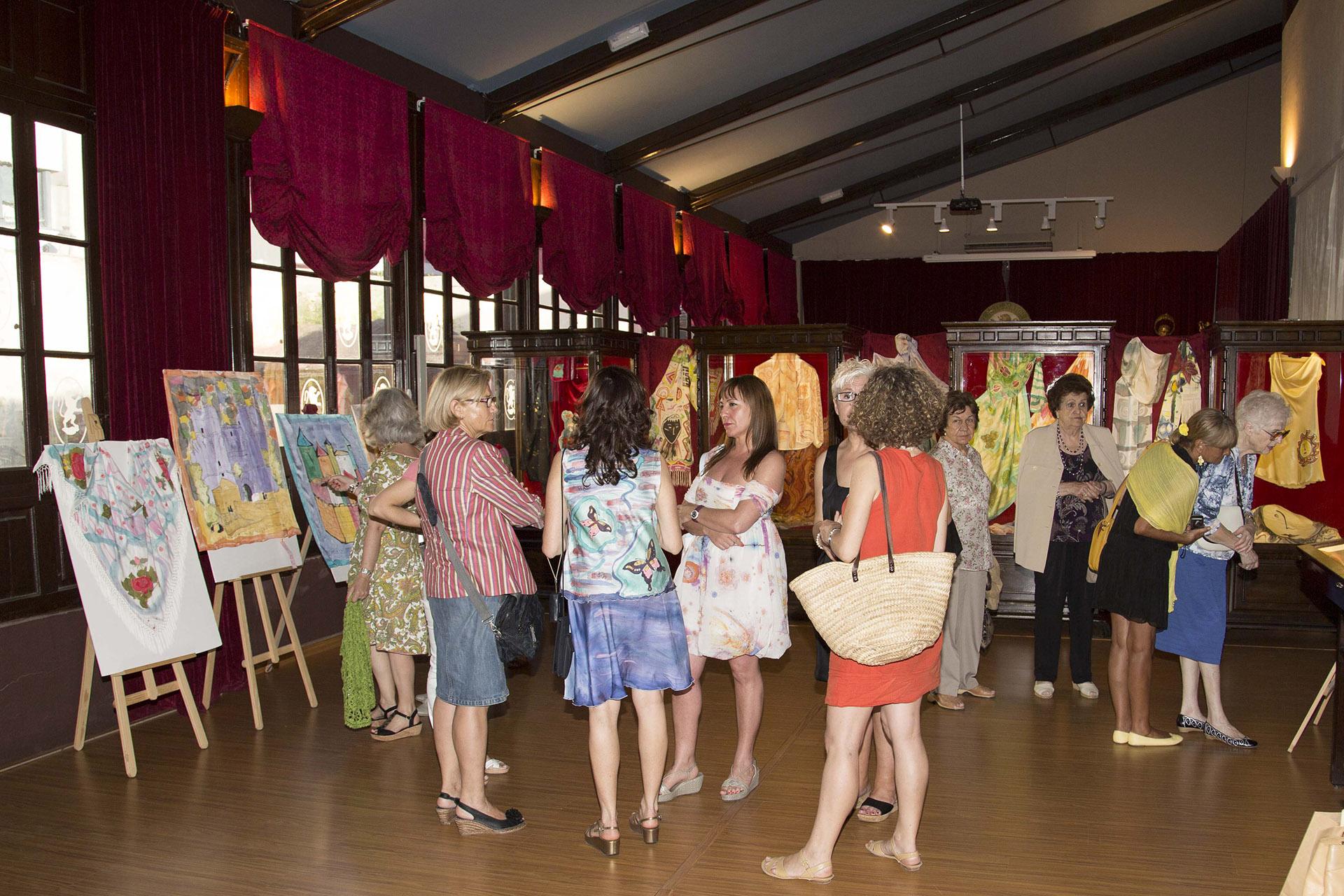 Grupo de invitados con Ruth de  la Puerta en la exposición. Fotografía: Baúl de Fotos.