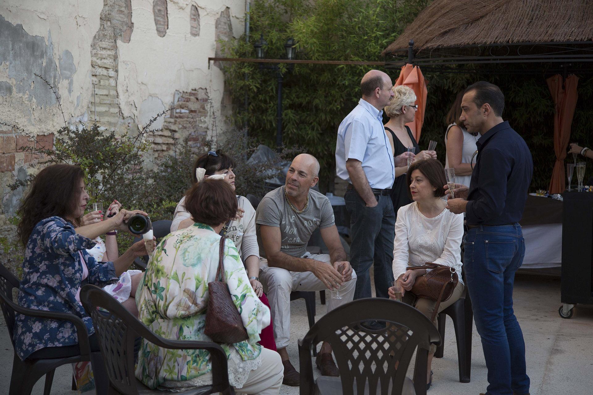 Amigos de Ruth de la Puerta en el patio del actual museo de la seda durante la exposición. Fotografía: Ruth de la Puerta.