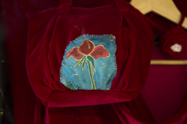 Detalle del bolso de terciopelo pintado  a mano sobre seda.Fotografía: Baúl de