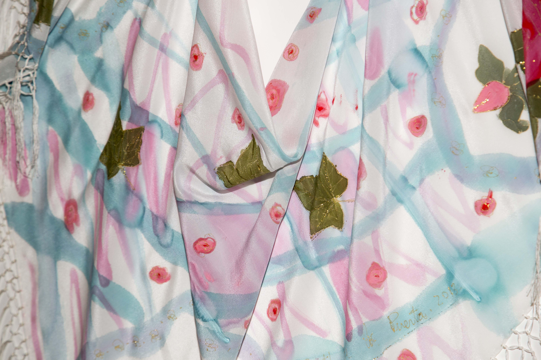 Mantón rosas y hojas crepe de chine. Fotografía: Baúl de Fotos.