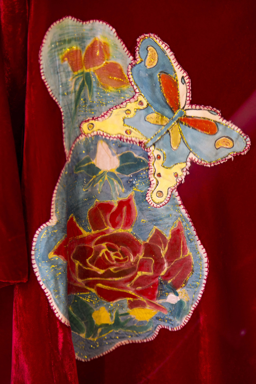Detalle flores pintadas para vestido terciopelo. Fotografía: Baúl de Fotos.