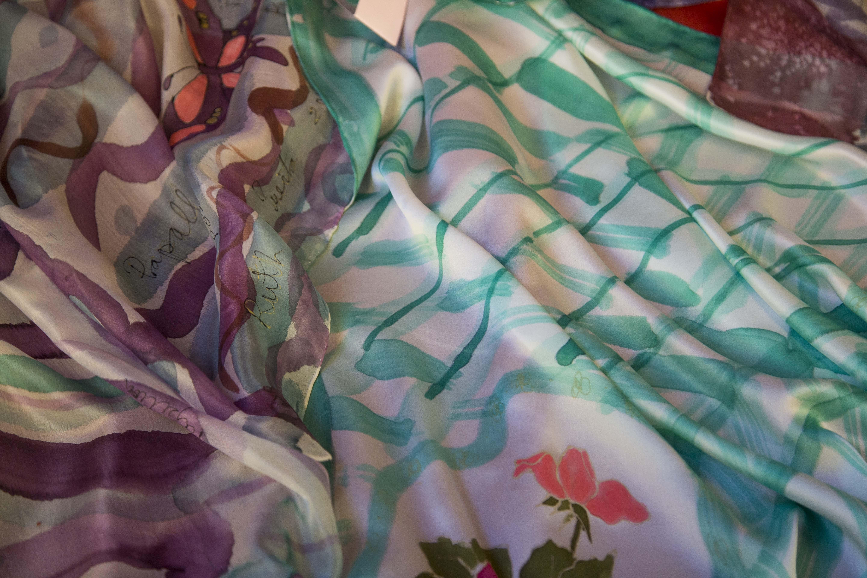 Detalle pañuelos flores y mariposas. Fotografía: Baúl de Fotos.