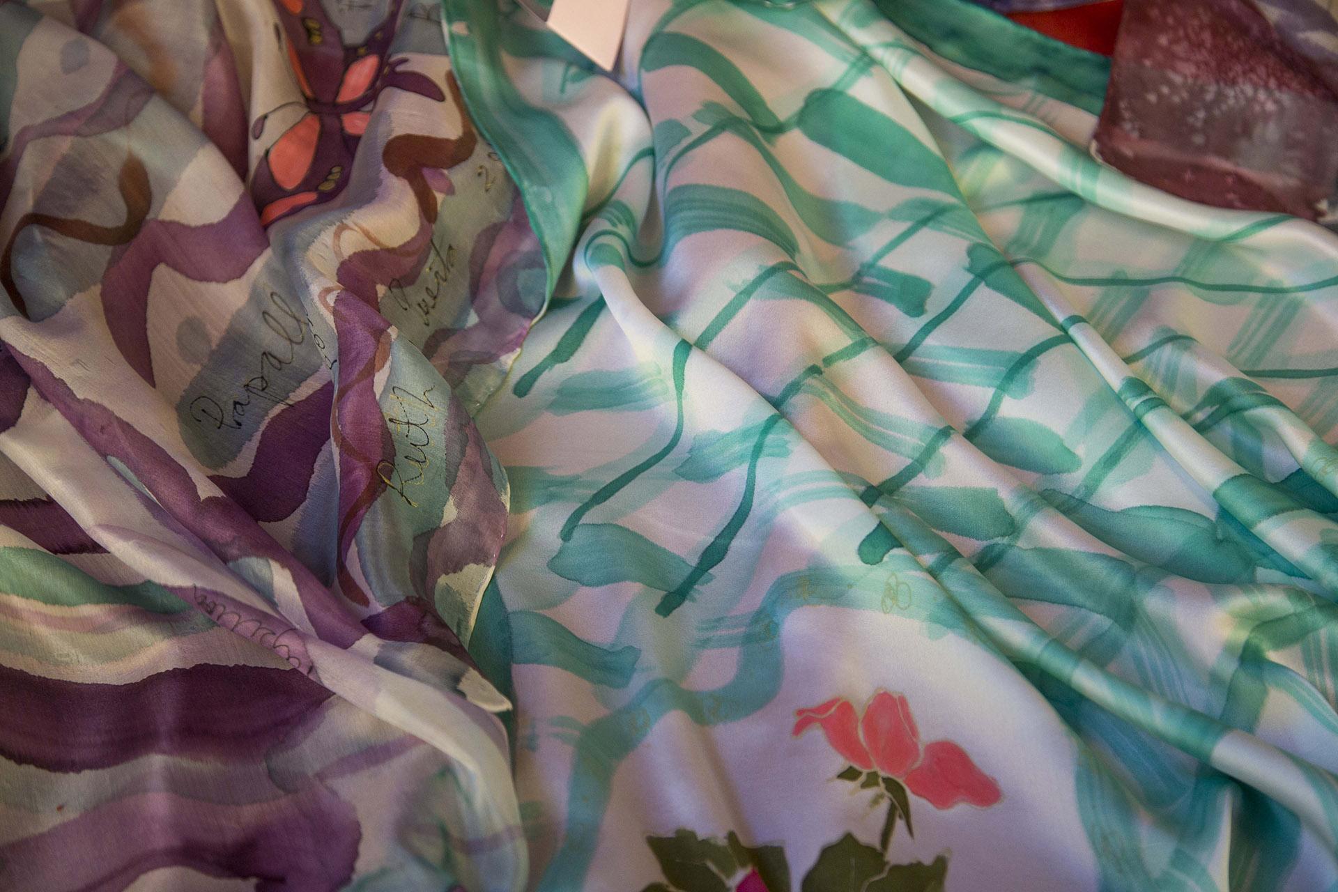 """Detalle del fular """"Mariposas"""" en seda pongé, y del fular """"Rosas y cenefas"""" en crepe satén . Fotografía: Baúl de Fotos."""