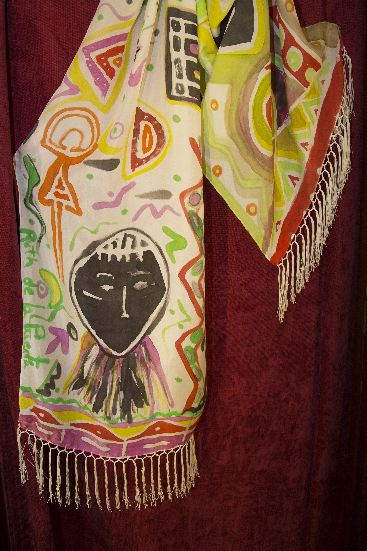 "Detalle del fular ""Mascaras africana"" en la vitrina. Fotografía: Baúl de Fotos."