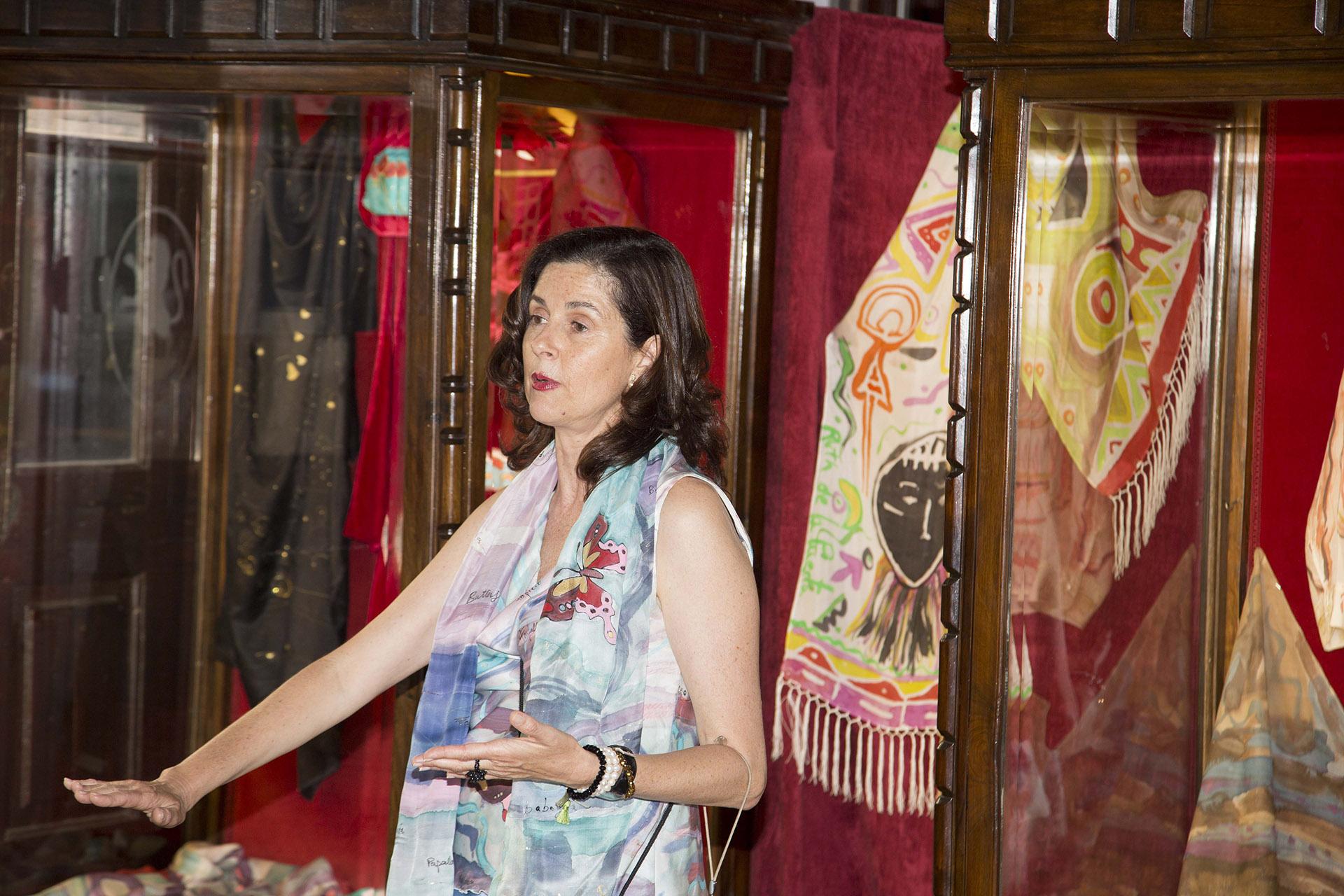 Ruth de la Puerta explicando la exposición. Fotografía: Baúl de fotos.