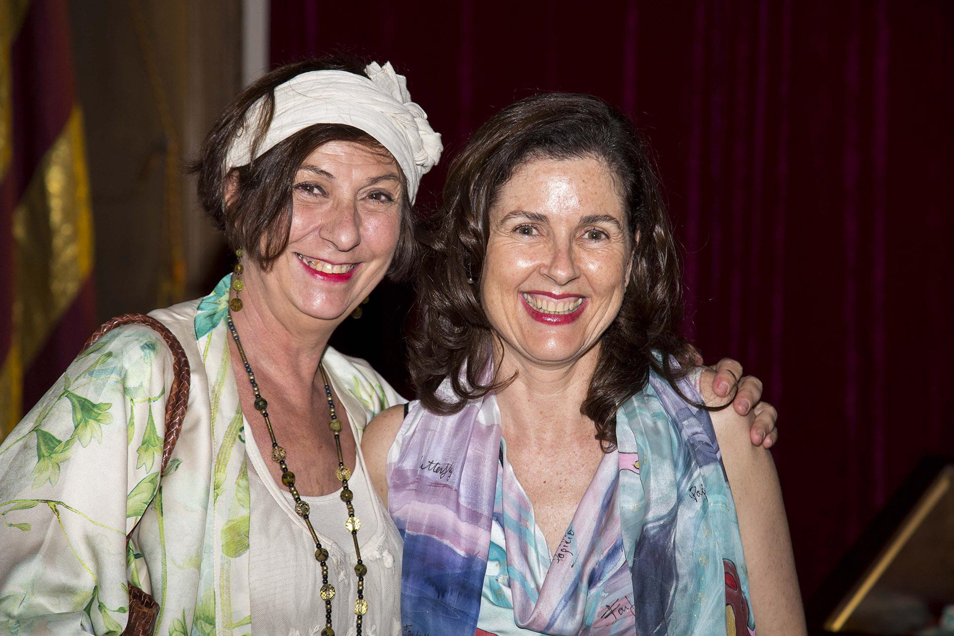 La diseñadora Paca Cordellat con Ruth de la Puerta explicando la exposición. Fotografía: Baúl de fotos.