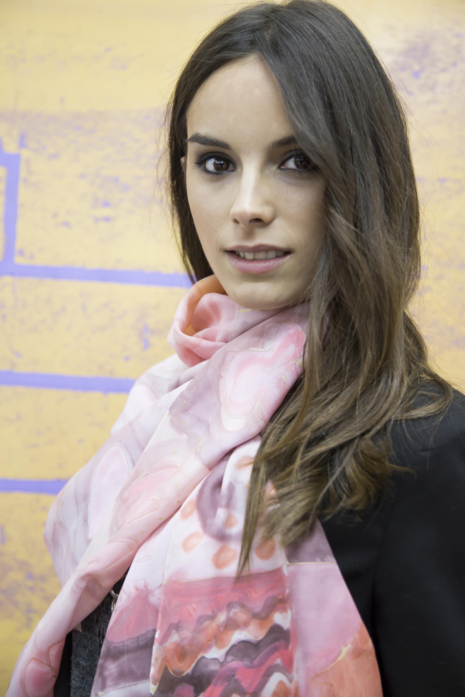 """Fular """"Rosa"""" sobre el cuello de Lydía. Fotografía: Juan Solbes."""