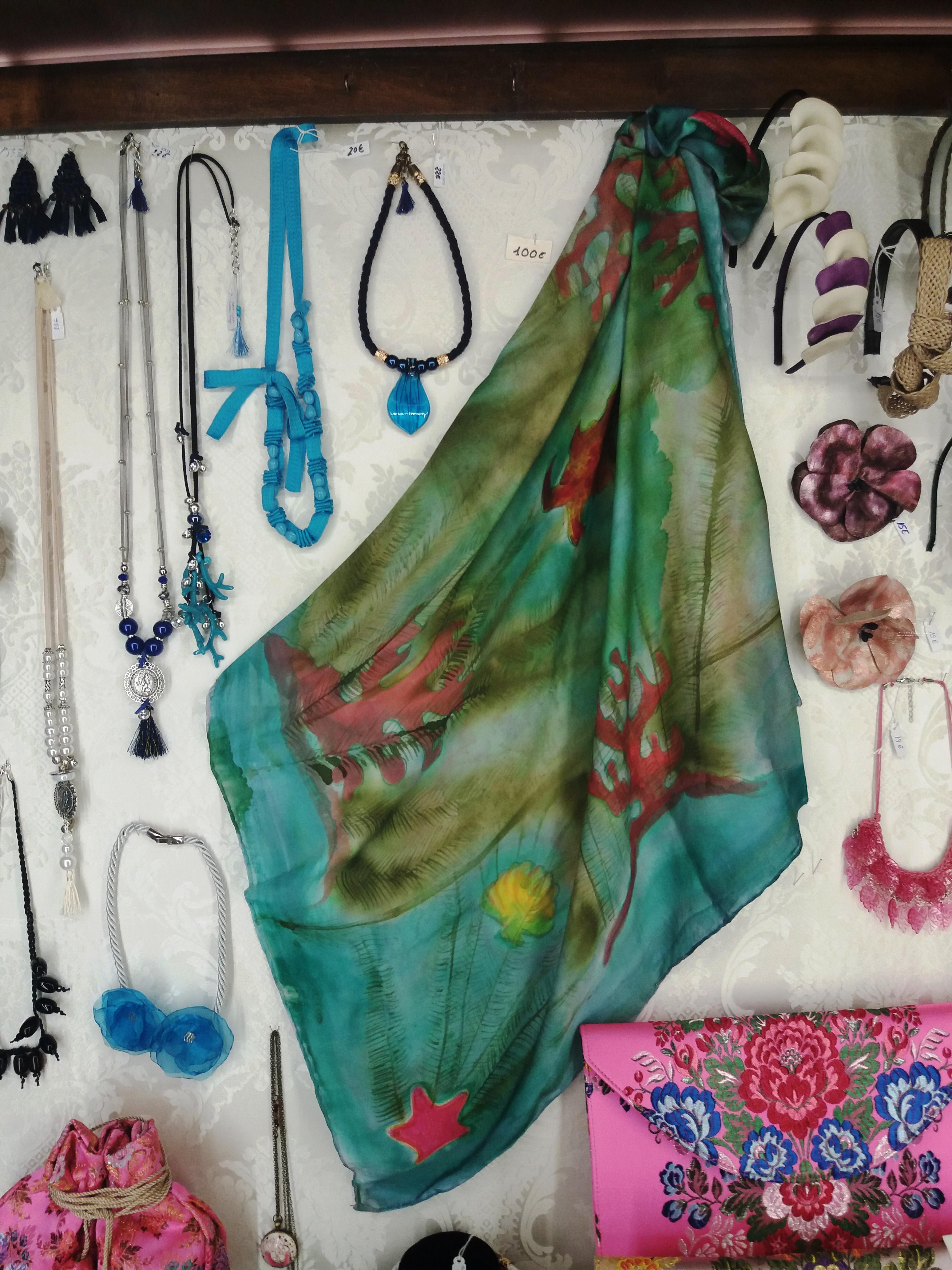 """Pañuelo """"El mar con algas y cangrejos en la vitrina de la tienda Espai Seda del museo de la seda de Valencia"""
